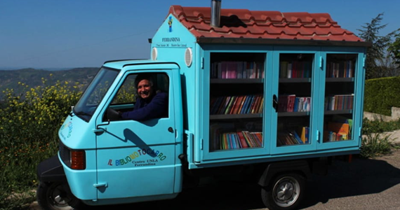 "The teacher and the ""bibliomotocarro"" ape put wheels on books"
